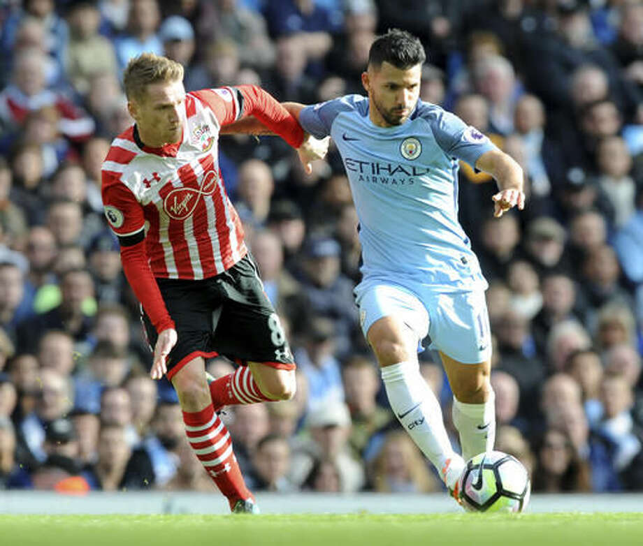 Manchester City's Sergio Aguero, right, and Southampton's Steven Davis battle for the ball during the English Premier League soccer match between Manchester City and Southampton at the Etihad Stadium in Manchester, England, Sunday, Oct. 23, 2016. (AP Photo/Rui Vieira)