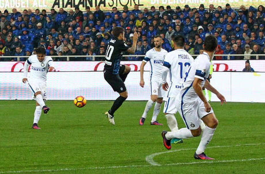 Inter Milan's Eder, left, fires a shot and score during a Serie A soccer match between Inter Milan and Atalanta, in Bergamo, Italy, Sunday, Oct. 23, 2016. (Paolo Magni/ANSA via AP)