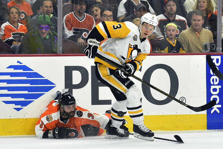 Philadelphia Flyers' Radko Gudas, left, makes a diving play to keep the puck on-side, past Pittsburgh Penguins' Olli Maatta during the second period of an NHL hockey game, Saturday, Oct. 29, 2016, in Philadelphia. (AP Photo/Derik Hamilton)