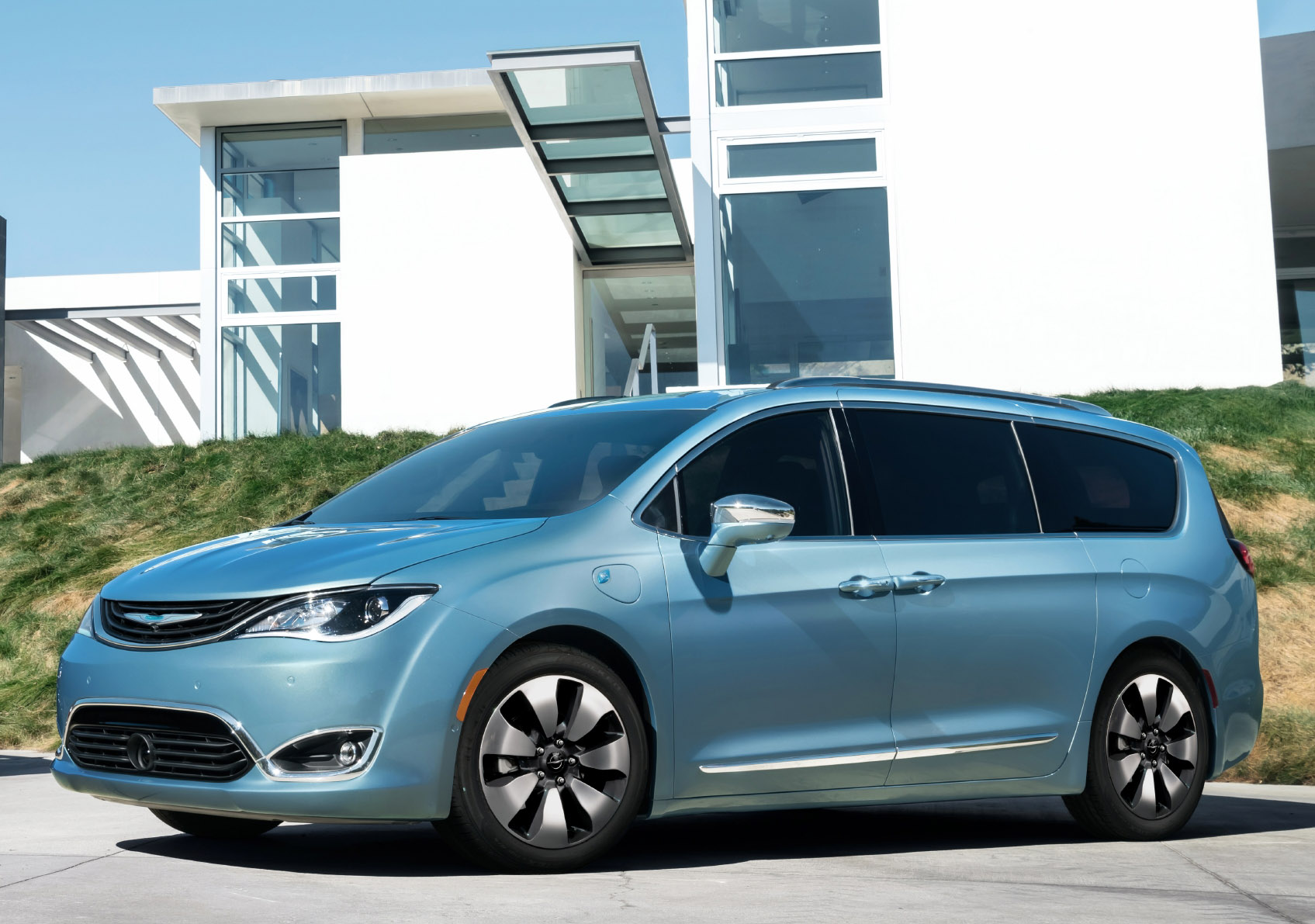 Chrysler S 2017 Pacifica Hybrid Minivan Can Go 30 Plus Miles On Battery