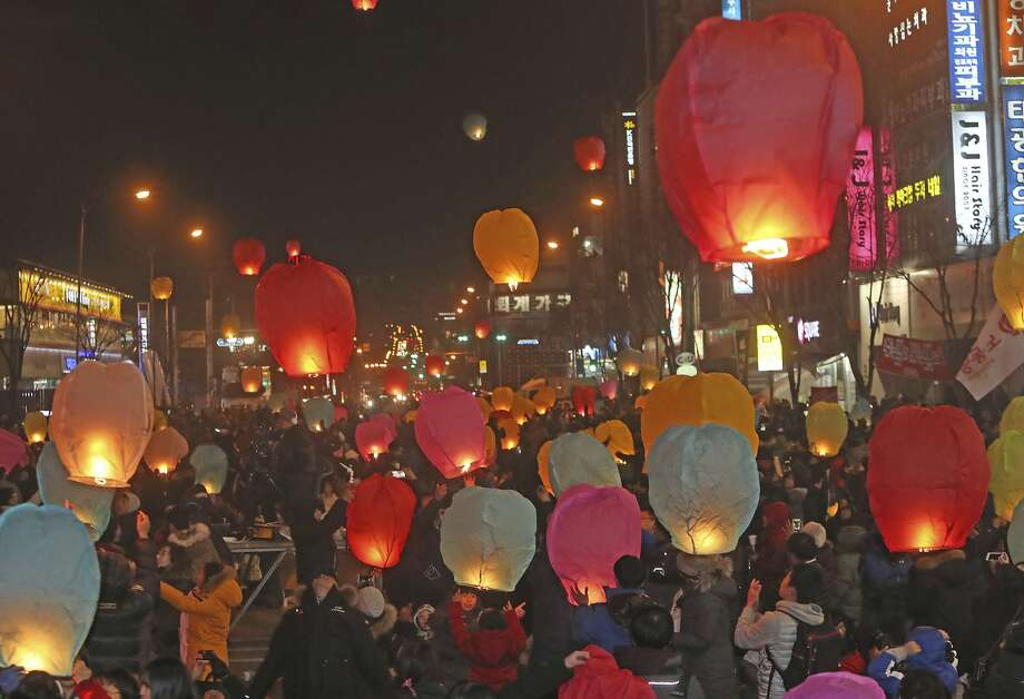 Protesters release paper lanterns during a rally in Chuncheon calling for South Korean President Park Geun-hye to step down amid allegations she helped a confidante extort money and favors from large firms. Photo: Lee Sang-hak, Associated Press
