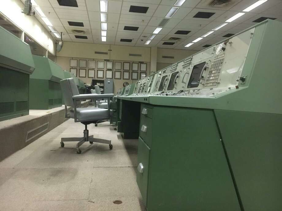 Nov. 2016: Mission Operations Control Room 2 at Johnson Space Center suffers from stained carpet, sickly lights, and an air of neglect. Photo: Andrew Dansby
