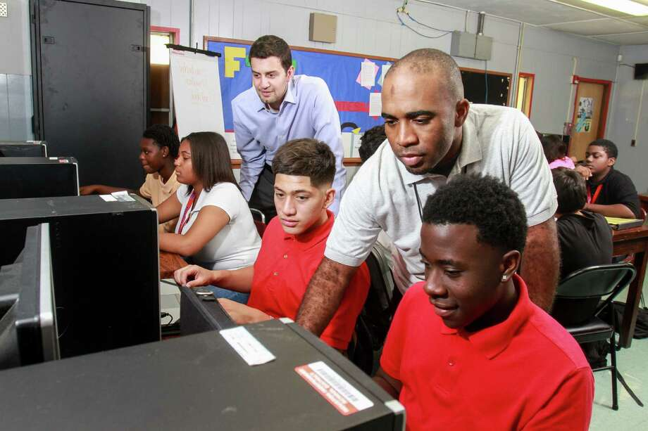 Adeeb Barqawi, left, and Damon Hoyle tutor students at the ProUnitas Kashmere Success Center. Seated, from left, are students Paige Porter, Genea Moorehead, Ignacio Moreno and Zion Toussiant. The nonprofit also helps connect students with various services. Photo: Gary Fountain, For The Chronicle / Copyright 2016 Gary Fountain