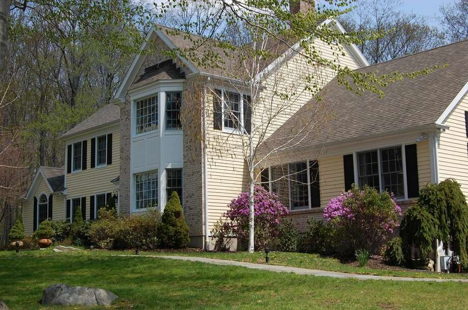 38 S Ridge Ct, Ridgefield, CT 06877  Preforeclosure  Foreclosure estimate: $1,159,162  5 beds 4.5 baths 6,100 sqft  Features: New country kitchen, finished lower level with new full bath View full listing on Zillow Photo: 38 S Ridge Ct, Ridgefield, Zillow, Dec, 2016, Foreclosure