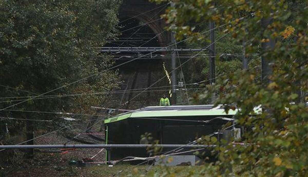 Un socorrista observa un tranvía descarrilado en Croydon, sur de Londres, el miércoles 9 de noviembre de 2016. El tranvía se descarriló antes del amanecer dejando decenas de heridos. (Steve Parsons/PA via AP)