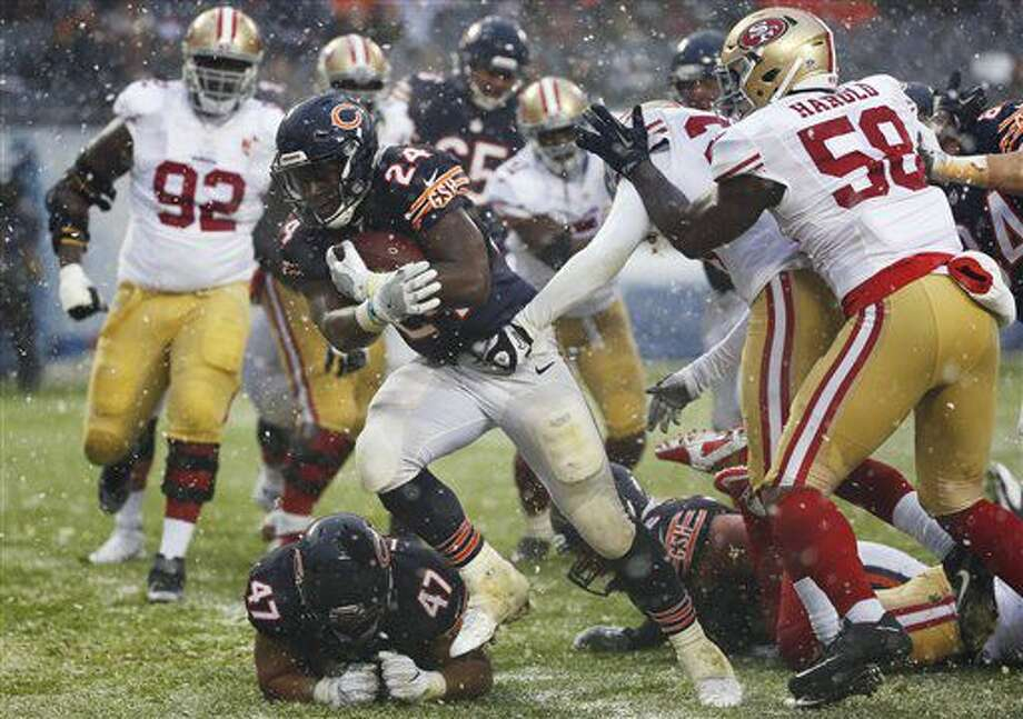 Chicago Bears running back Jordan Howard (24) runs to ward the end zone for a touchdown during the second half of an NFL football game against the San Francisco 49ers, Sunday, Dec. 4, 2016, in Chicago. (AP Photo/Nam Y. Huh)