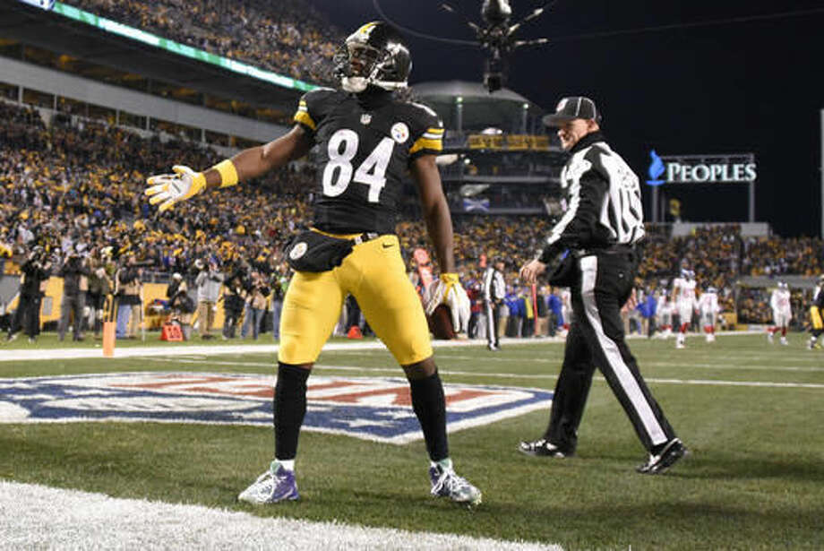 Pittsburgh Steelers wide receiver Antonio Brown (84) celebrates after catching a touchdown pass from quarterback Ben Roethlisberger during the first half of an NFL football game against the New York Giants in Pittsburgh, Sunday, Dec. 4, 2016. (AP Photo/Don Wright)