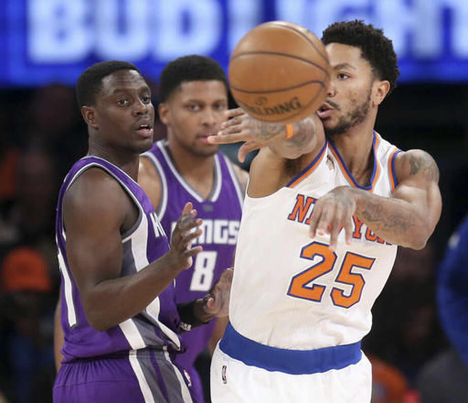 New York Knicks' Derrick Rose, right, passes around Sacramento Kings' Darren Collison during the first half of the NBA basketball game, Sunday, Dec. 4, 2016 in New York. (AP Photo/Seth Wenig)