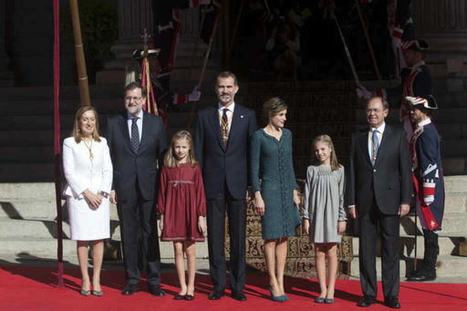 Spain's King Felipe, centre, poses at the entrance of the Spanish parliament with members of the government and Royal Family in Madrid, Spain, Thursday, Nov. 17, 2016. Left to right; The Speaker of the House, Ana Pastor, Spain's Prime Minister Mariano Rajoy, Princess Leonor, Queen Letizia, Princess Sofia and the president of the Senate, Pio Garcia Escudero. Spain's Prime Minister Mariano Rajoy will begin a second term in office, this time with a minority government after a parliamentary vote ended a 10-month political deadlock following two inconclusive elections. (AP Photo/Paul White)