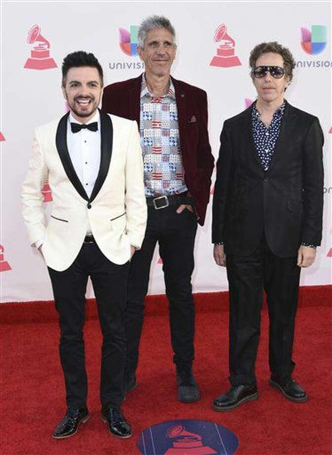 El grupo Meteoros, de izquierda a derecha, Ale Sergi, Cachorro López y Didi Gutman llega a la 17a entrega anual de los Latin Grammy en la Arena T-Mobile el jueves 17 de noviembre de 2016 en Las Vegas. (Foto Richard Shotwell/Invision/AP)