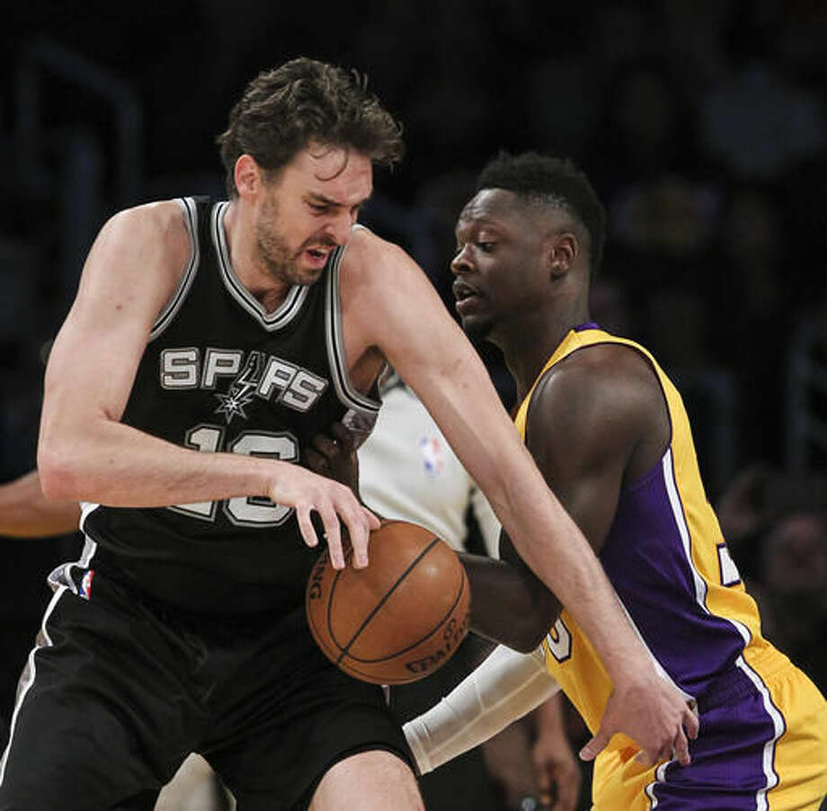 San Antonio Spurs center Pau Gasol, left, works against Los Angeles Lakers forward Julius Randle during the first half of an NBA basketball game Friday, Nov. 18, 2016, in Los Angeles. (AP Photo/Ringo H.W. Chiu)