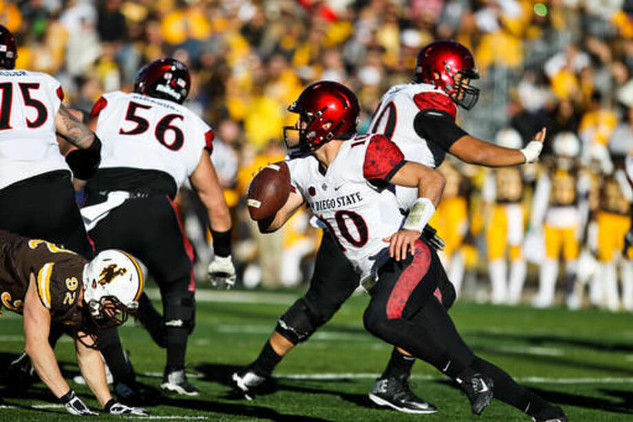 San Diego State quarterback Christian Chapman (10) runs with the ball during the first half of an NCAA college football game in Laramie, Wyo., Saturday, Nov. 19, 2016. (AP Photo/Shannon Broderick)