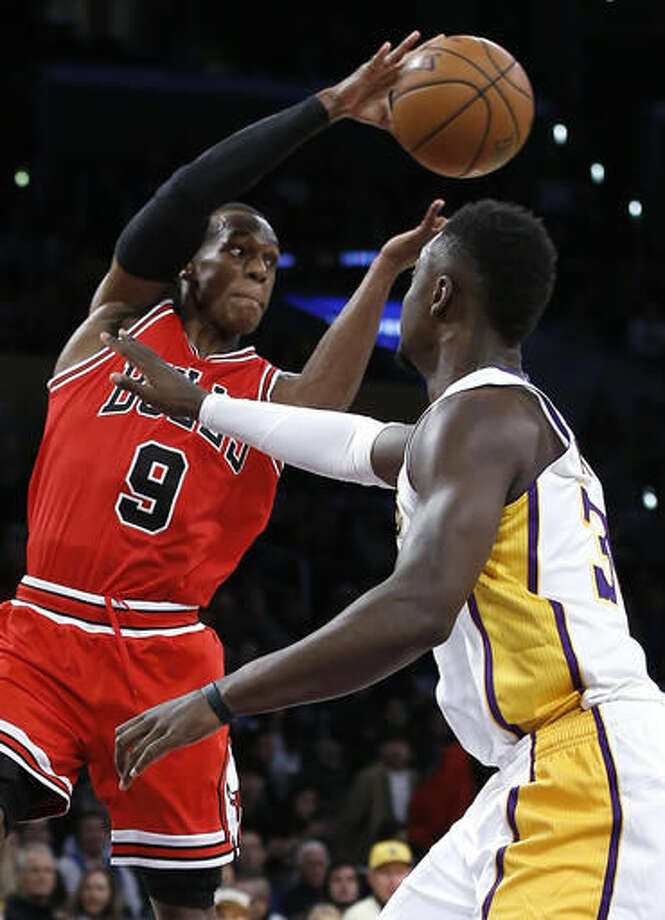 Chicago Bulls guard Rajon Rondo (9) passes the ball over Los Angeles Lakers forward Julius Randle, right, during the first half of an NBA basketball game in Los Angeles, Sunday, Nov. 20, 2016. (AP Photo/Alex Gallardo)