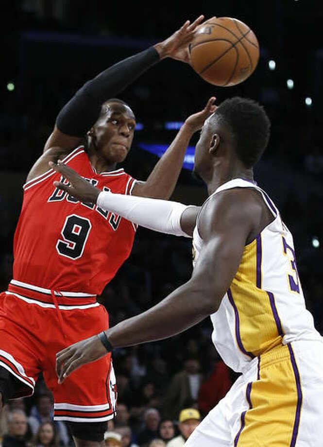 Chicago Bulls guard Rajon Rondo (9) passes the ball over Los Angeles Lakers forward Julius Randle, right, during the first half of an NBA basketball game in Los Angeles, Sunday, Nov. 20, 2016. (AP Photo/Alex Gallardo)