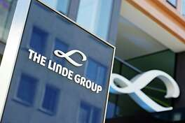 """FILE - In this March 17, 2014 file picture the company logo  of Linde  AG is photographed in Munich, Germany. Industrial gas makers Linde AG and Praxair Inc. are resuming talks about a possible merger that they abandoned in September.  Linde said Wednesday Dec. 7, 2016 that its management board decided to return to talks on """"the essential terms of a potential merger of equals"""" on the basis of a proposal by Praxair, based in Danbury, Connecticut.  ( Nicolas Armer/dpa via AP"""