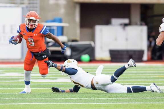 Sam Houston State receiver Yedidiah Louis (9) catches a screen pass and breaks the tackle of the Chattanooga defender in a NCAA Division I Football Championship Subdivision playoff football game at Bowers Stadium on Saturday, December 3, 2016, in Huntsville, Tx. (Joe Buvid / For the Houston Chronicle)