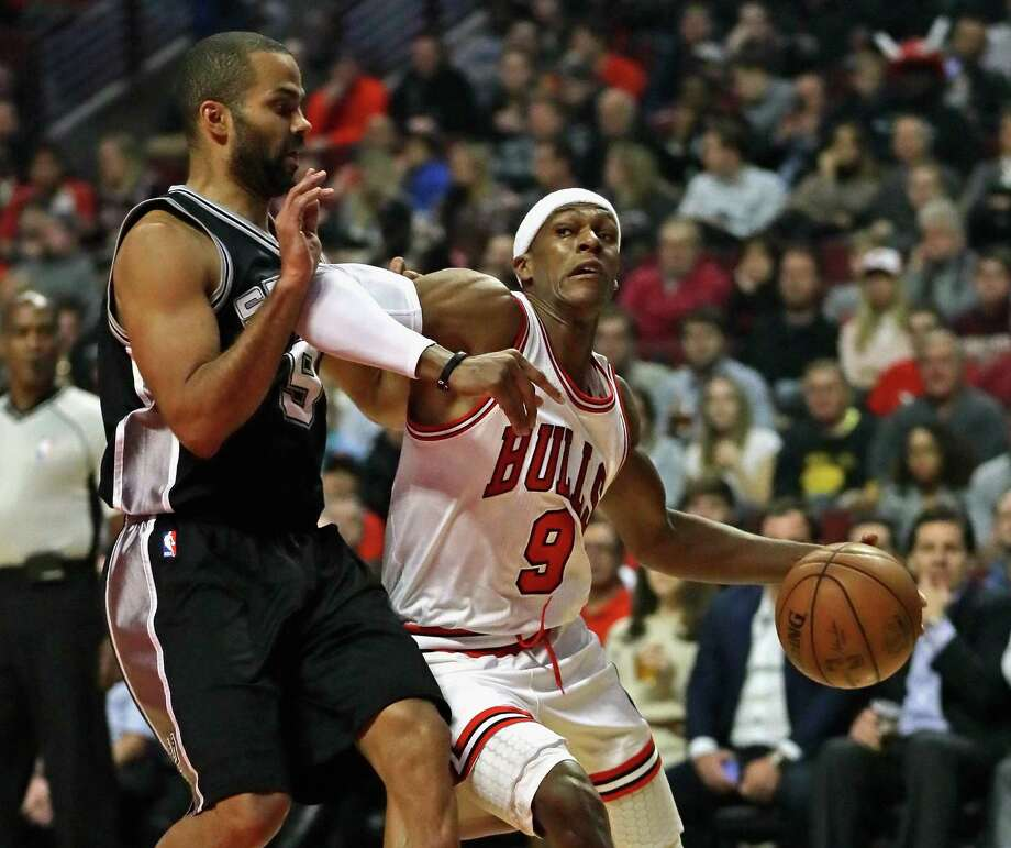 CHICAGO, IL - DECEMBER 08: Rajon Rondo #9 of the Chicago Bulls moves against Tony Parker #9 of the San Antonio Spurs at the United Center on December 8, 2016 in Chicago, Illinois. Photo: Jonathan Daniel, Getty Images / 2016 Getty Images