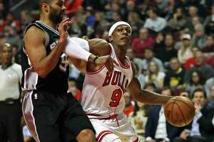CHICAGO, IL - DECEMBER 08: Rajon Rondo #9 of the Chicago Bulls moves against Tony Parker #9 of the San Antonio Spurs at the United Center on December 8, 2016 in Chicago, Illinois.