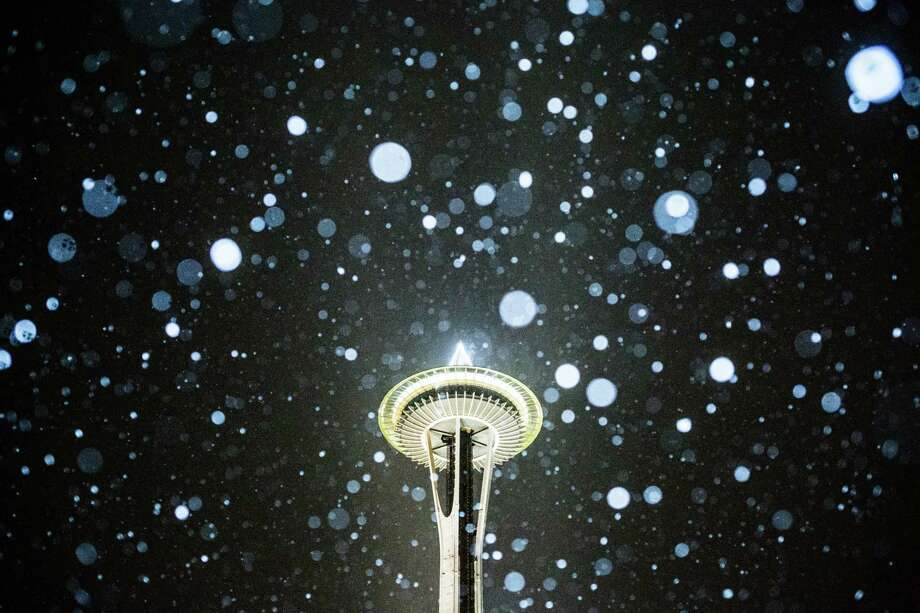 The Space Needle during the first snowfall of the season, Thursday, Dec. 8, 2016. Photo: GRANT HINDSLEY, SEATTLEPI.COM / SEATTLEPI.COM