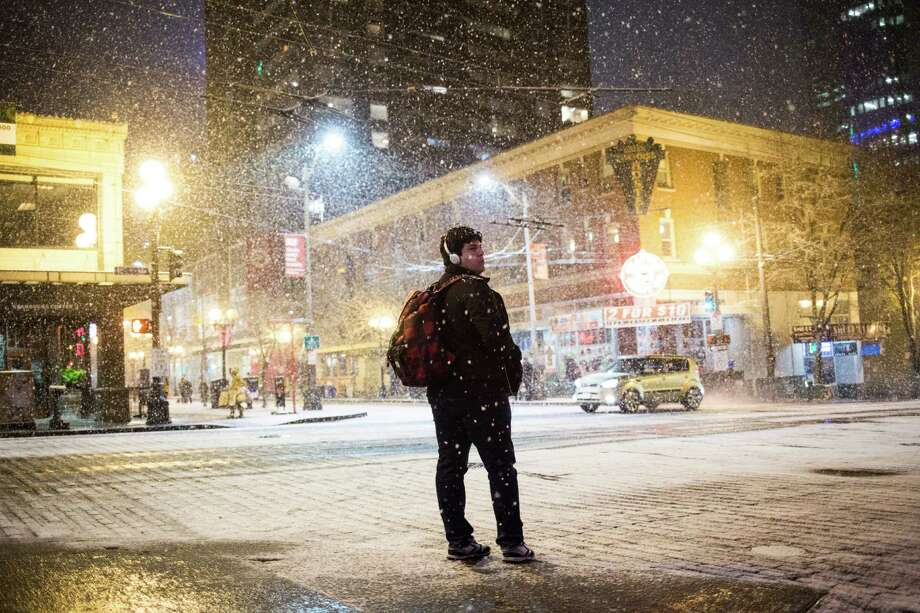 Belltown during the first snowfall of the season, Thursday, Dec. 8, 2016. Photo: GRANT HINDSLEY, SEATTLEPI.COM / SEATTLEPI.COM