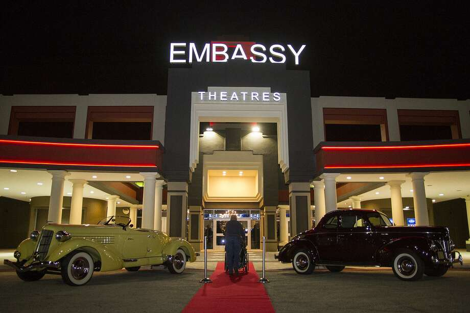 Patrons to Santikos movie theaters, like this one on Embassy Road, soon will no longer be allowed to bring in large purses or other bags. Photo: Alma E. Hernandez /For The San Antonio Express News