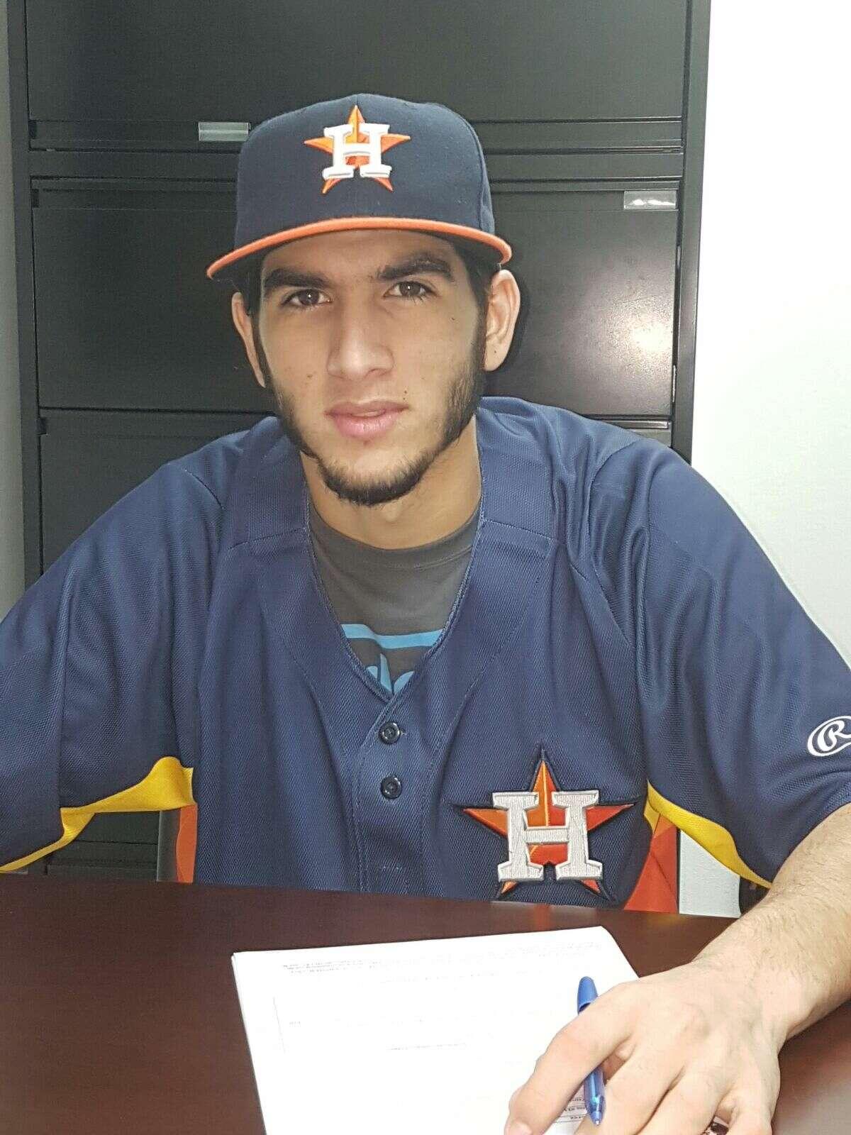 The Astros signed Cuban lefthander Cionel Perez.