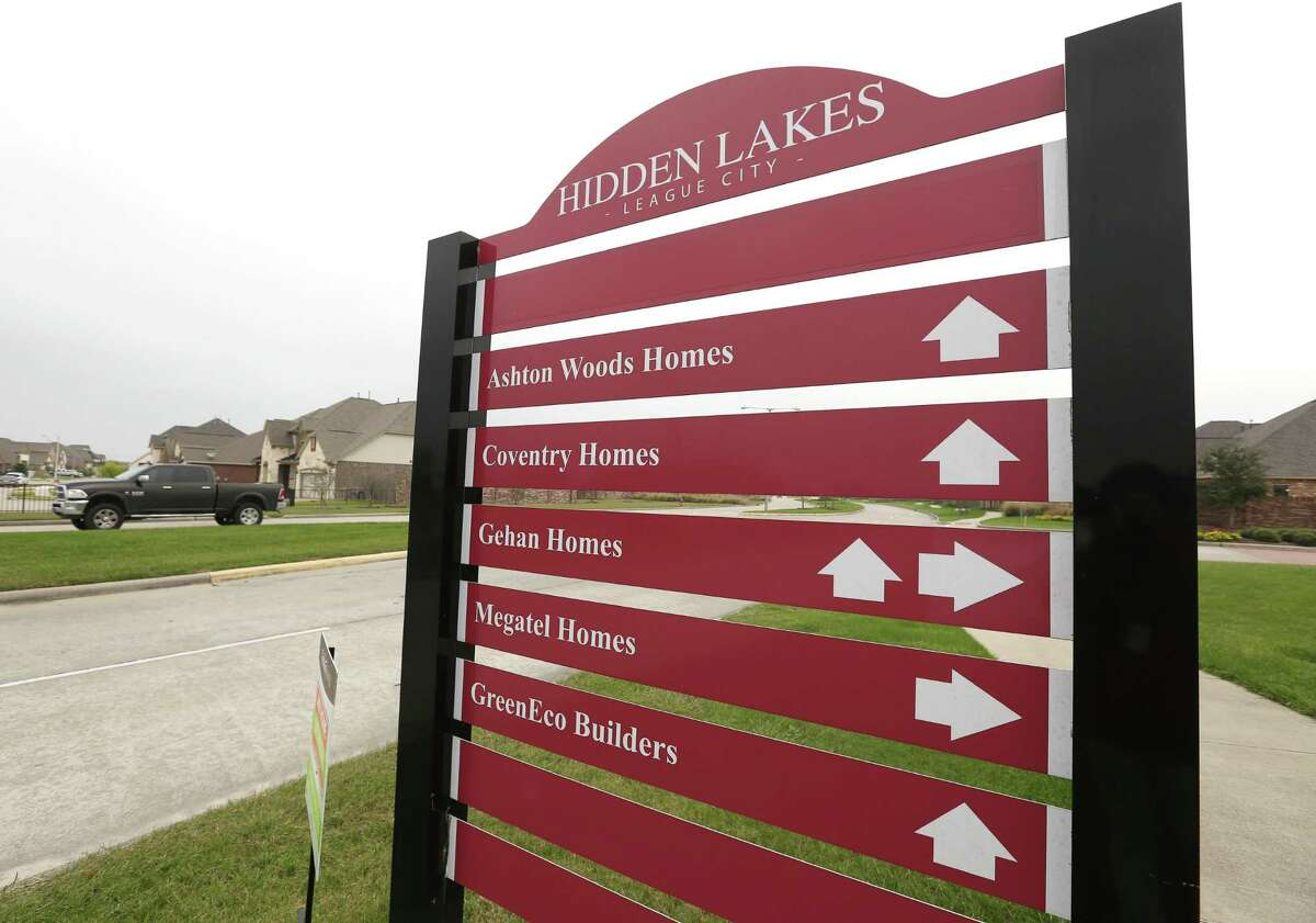 A directional sign of the Hidden Lakes Development communities is photographed Wednesday, Dec. 7, 2016, in League City. Empire Continental Land, a division of Toronto-based Empire Communities, has acquired a parcel of land for its sixth Texas community, which is close to the Hidden Lakes communities. ( Yi-Chin Lee / Houston Chronicle )