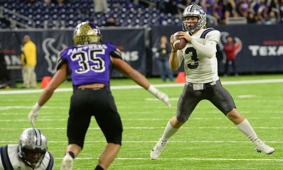 West Orange - Stark's Jack Dallas looks for an open receiver against Navarro during Friday's Class 4A-II state semifinal match-up at NRG Stadium in Houston. Photo taken Friday, December 9, 2016 Kim Brent/The Enterprise Photo: Kim Brent / Kim Brent/The Enterprise / Beaumont Enterprise