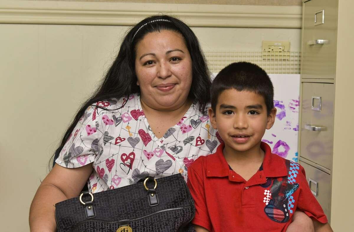 En esta foto de archivo, Guillermina Águilar y Alejandro Contreras posan para una fotografía en Servicios Sociales Católico de Laredo durante una entrevista.