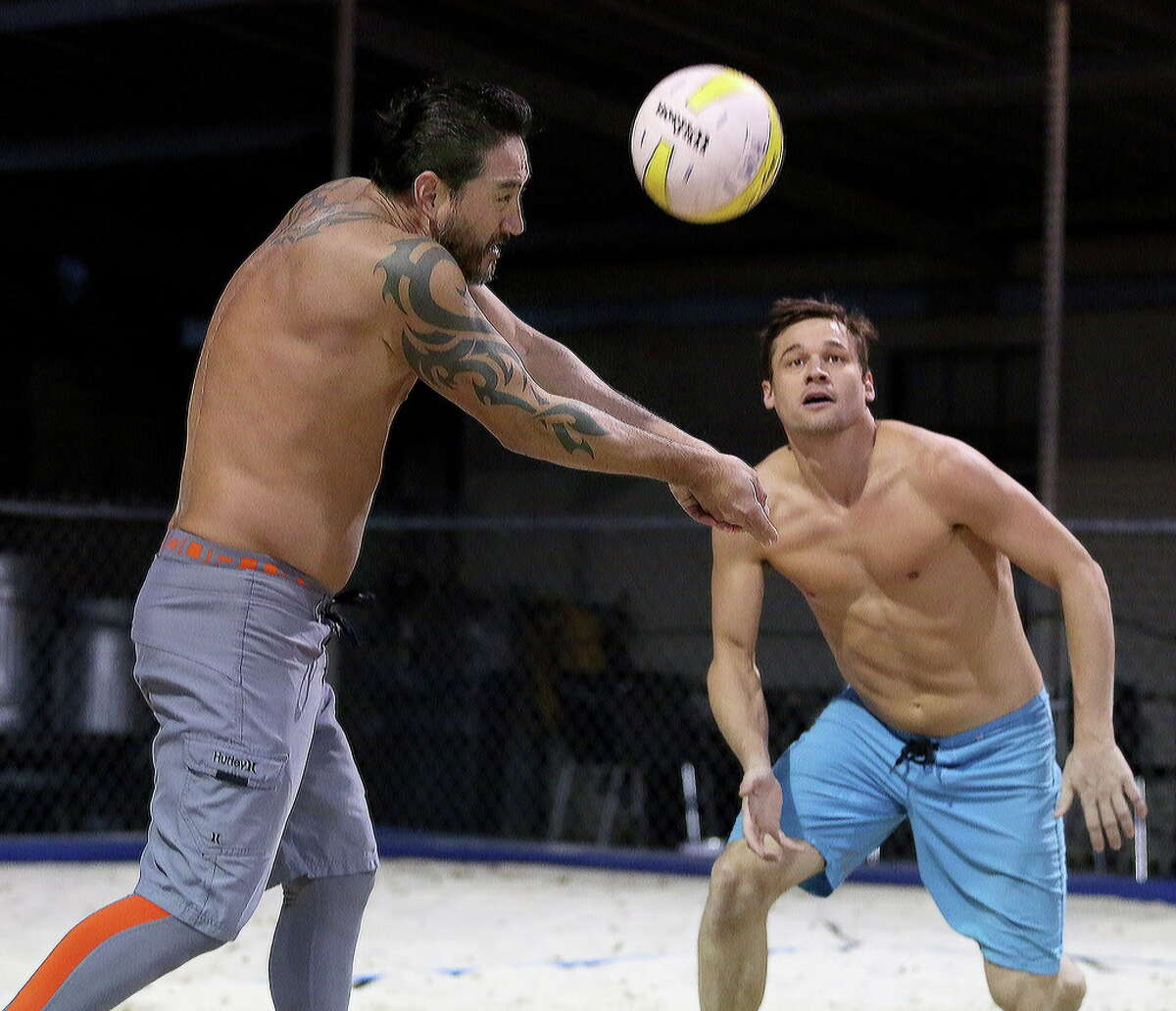 Teammates Johnny Tipton, left, and David Pearce play volleyball with their friends at Wakefield Crowbar Thursday, Dec. 1, 2016, in Houston. Wakefield Crowbar is a bar with three regulation-sized volleyball courts located in Garden Oaks. ( Yi-Chin Lee / Houston Chronicle )