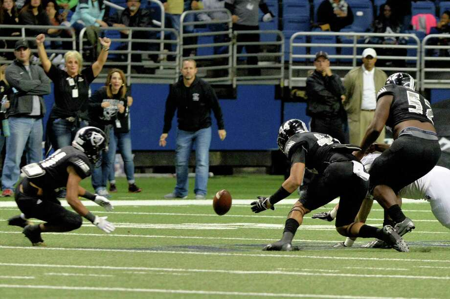 Cibolo Steele players jump on a fumble made by James Klingler (12) of Cinco Ranch in the first half of the Conference 6A Division II State Semi-Final playoff game between the Cinco Ranch Cougars and the Cibolo Steele Knights on Saturday December 10, 2016 at the Alamodome, San Antonio, TX. Photo: Craig Moseley, Houston Chronicle / ©2016 Houston Chronicle