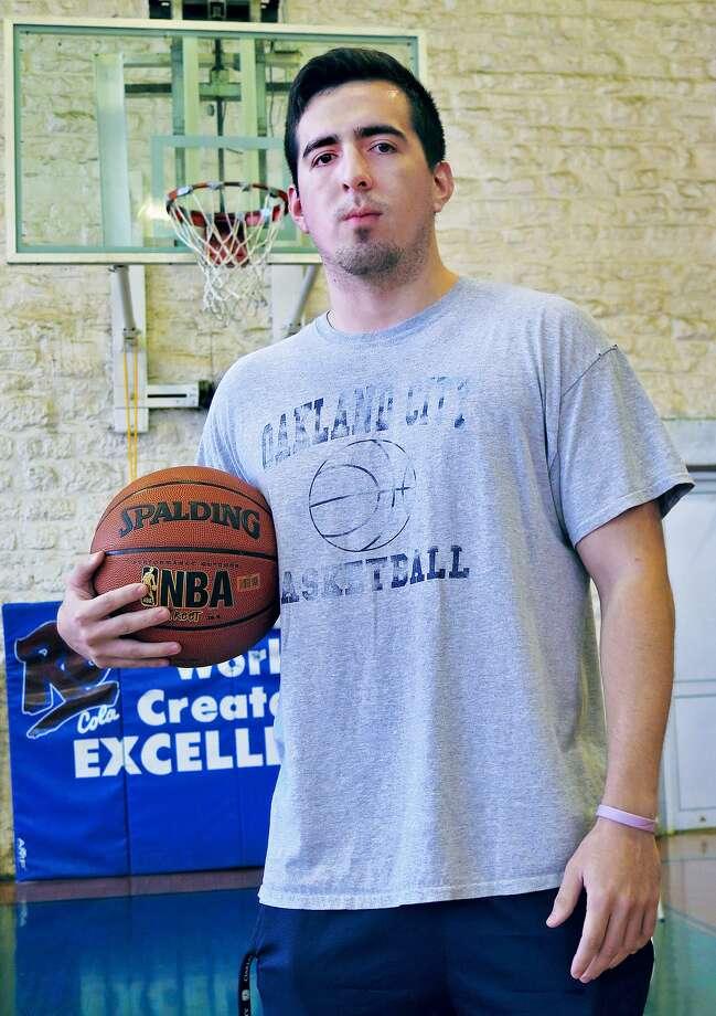 Andrés Avina refinó sus habilidades en el baloncesto siendo más joven al jugar en Boys and Girls Club de Laredo. Photo: Foto Por Cuate Santos|Laredo Morning Times / Laredo Morning Times