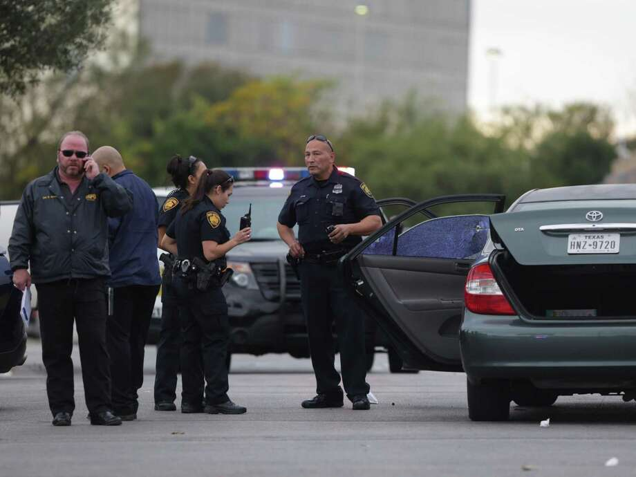 San Antonio police investigate the scene of a shooting that resulted in the death of Isidro Zarate in the Walmart parking lot on Vance Jackson in this Nov. 25, 2016, file photo. Photo: Bob Owen /San Antonio Express-News / San Antonio Express-News