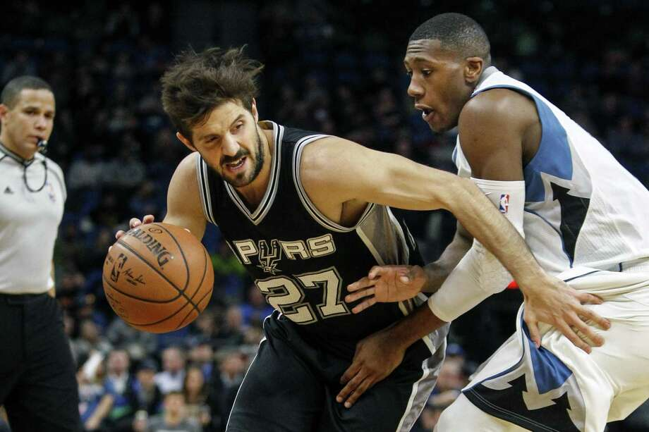 Spurs' Nicolas Laprovittola works his way past the Wolves' Kris Dunn. Photo: Bruce Kluckhohn /Associated Press / ©2016 AP