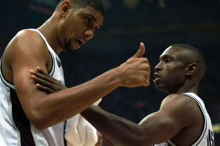 Spurs teammates Tim Duncan and Avery Johnson confer during Game 2 of the 1999 NBA Finals against the New York Knicks at the Alamodome. Photo: Jerry Lara /San Antonio Express-News / EN