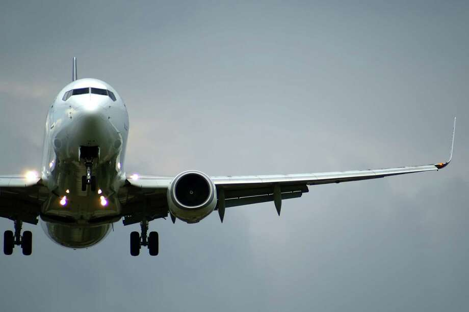 Close up of the plane;  GENERIC AIRPLANE TAKING OFF; AIRPLANE LANDING GEAR DOWN Photo: Igmarx / handout / stock agency