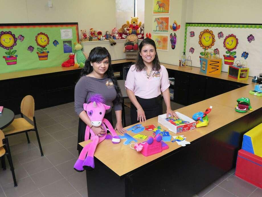 Las investigadoras forenses Lizette Sandoval y Alexis Herrera de Children's Advocacy Center. Photo: Foto Por Cuate Santos Tiempo De Laredo / Laredo Morning Times