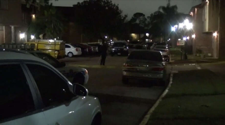 Houston police investigate a robbery-homicide in the Spring Branch West neighborhood that happened late Monday, Nov. 12, 2016. (Metro Video)