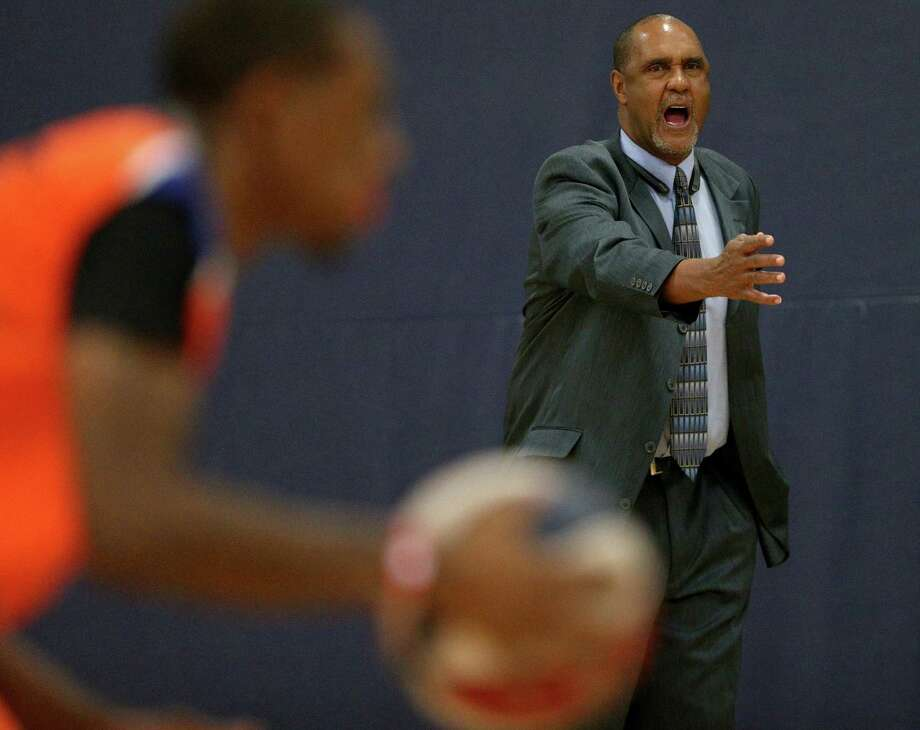 Former Spurs point guard Johnny Moore, now head coach of the Universal City Seraphim, yells instructions to the team during first-half action against the Texas Sky Riders on Dec. 3, 2016 at Northeast Lake View College gym. Photo: Edward A. Ornelas /San Antonio Express-News / © 2016 San Antonio Express-News