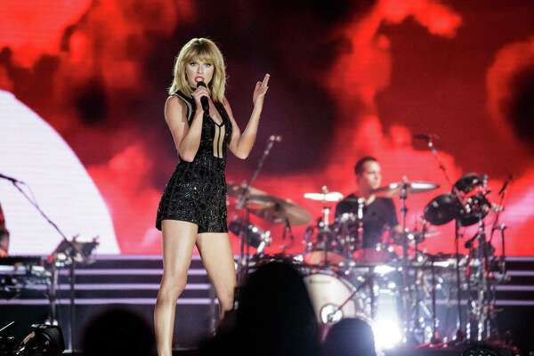 TOPSHOT - Singer-songwriter Taylor Swift performs her only full concert of 2016 during the Formula 1 United States Grand Prix at Circuit of The Americas on October 22, 2016 in Austin, Texas. / AFP PHOTO / SUZANNE CORDEIROSUZANNE CORDEIRO/AFP/Getty Images