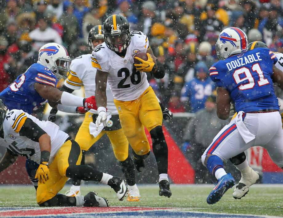 The Steelers' Le'Veon Bell (26) had 236 yards rushing, 62 yards receiving and three touchdowns against the Bills on Sunday. Photo: Bill Wippert, Associated Press