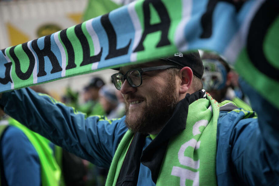 Fans show their support during the Sounders' march celebrating their recent championship. Photo: GRANT HINDSLEY, SEATTLEPI.COM / SEATTLEPI.COM