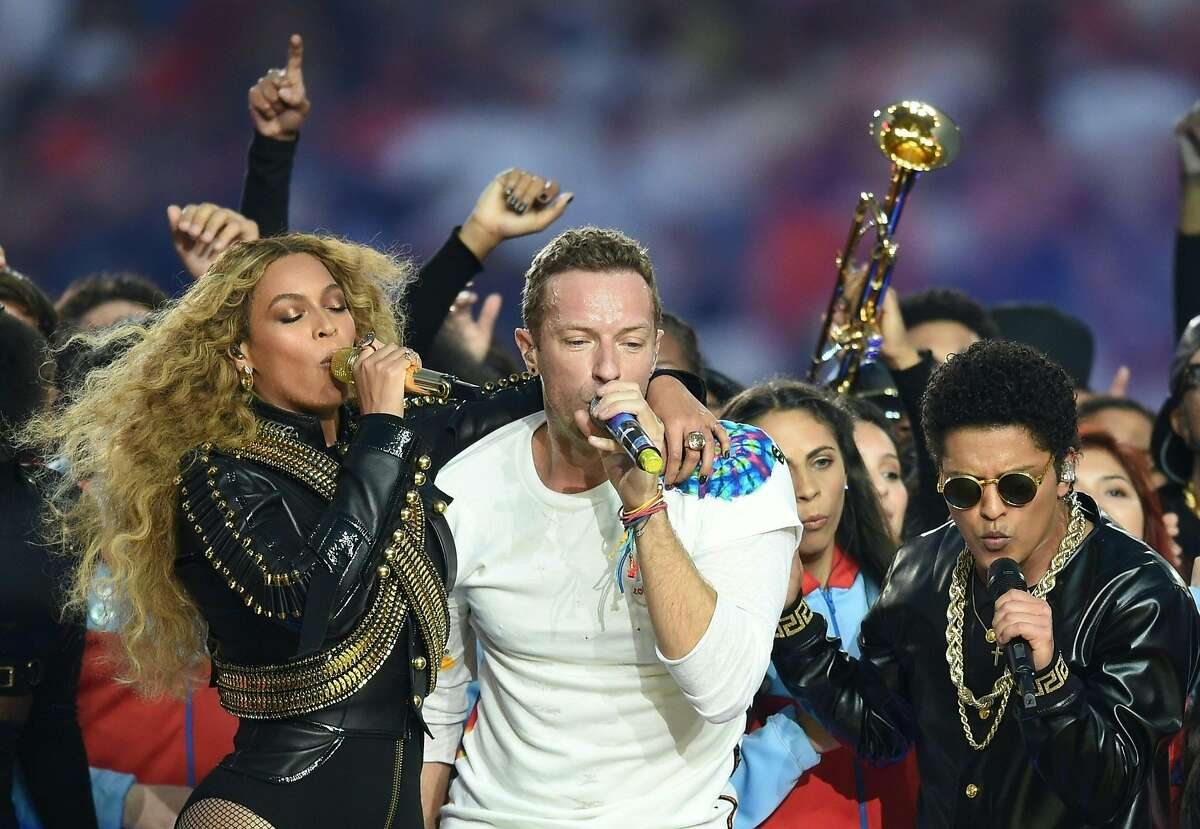 TOPSHOT - (L-R) Beyonce, Chris Martin and Bruno Mars perform during Super Bowl 50 between the Carolina Panthers and the Denver Broncos at Levi's Stadium in Santa Clara, California, on February 7, 2016. / AFP / TIMOTHY A. CLARYTIMOTHY A. CLARY/AFP/Getty Images