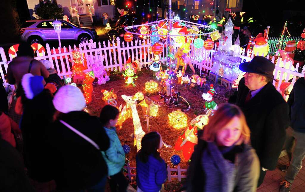 The 17th Annual  Wonderland at Roseville  Christmas lights display at 226 Roseville Terrace in & What your Christmas lights will do to your electricity bill ... azcodes.com