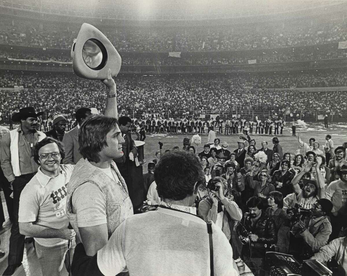 01/07/1979 - Houston Oilers Quarterback Dan Pastorini salutes a crowd of Luv Ya Blue fans in the Astrodome. More than 45,000 Oiler fans packed the dome for a rally after the Oilers lost the AFC title game in Pittsburgh, 34-5.