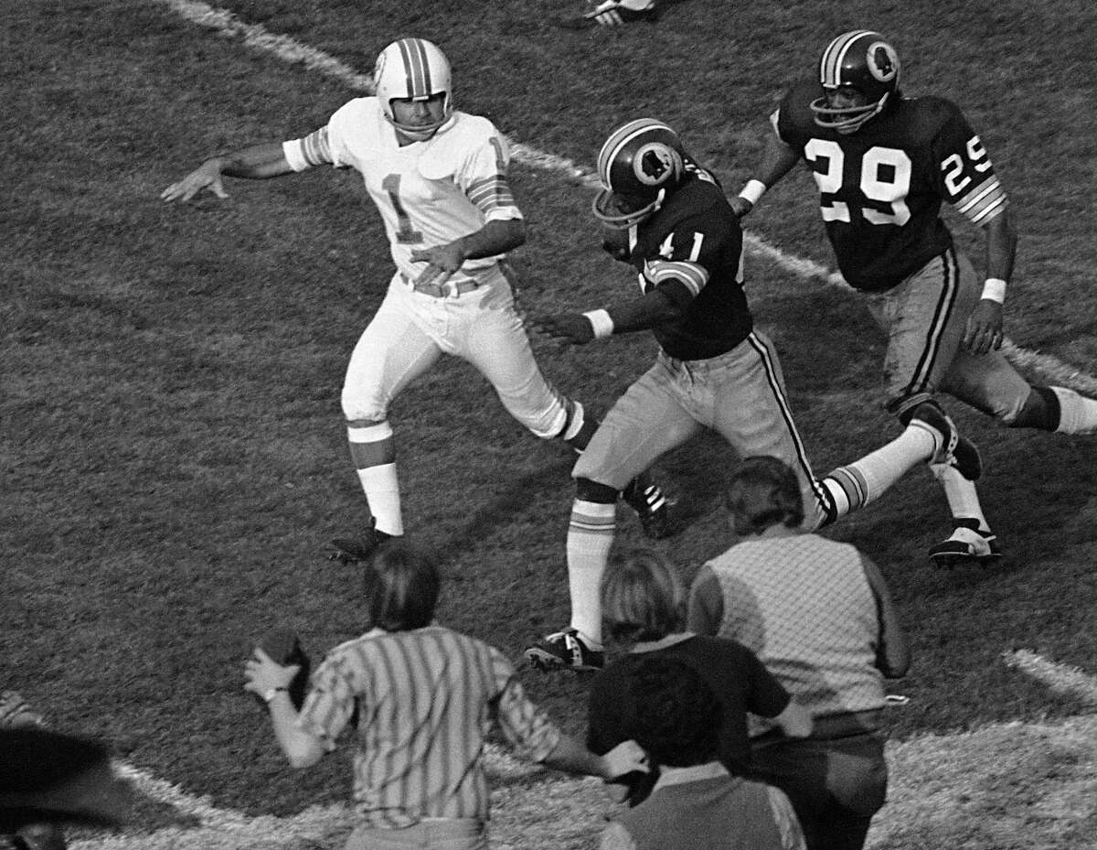 Washington Redskins' Mike Bass (41) runs toward the end zone for the only Redskins' score in the fourth quarter of the Super Bowl game with the Miami Dolphins in Los Angeles, Jan. 14, 1973. Bass got the ball when field goal attempt by Garo Yepremian (1) was blocked. At right is Redskins' Ted Vactor. (AP Photo)