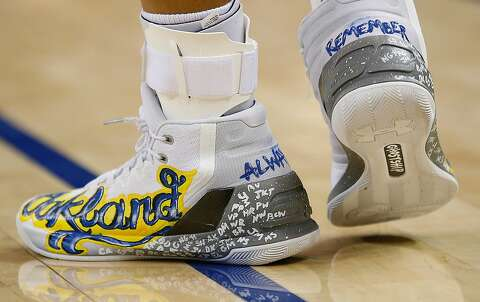 4258419904f Golden State Warriors guard Stephen Curry (30) shows his tribute on his  shoes for