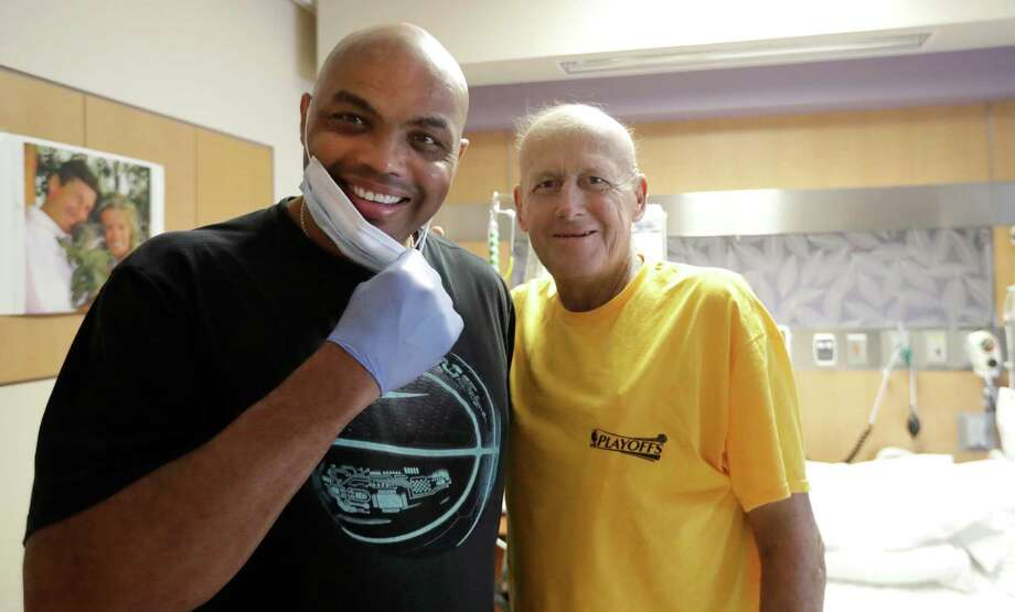 FILE - In this Aug. 31, 2016, file photo, NBA Hall of Fame member and TNT colleague Charles Barkley, left, poses with longtime NBA sideline reporter Craig Sager while visiting Sager at MD Anderson Cancer Center in Houston. Sager,  famous for his flashy suits and probing questions, has died after a batter with cancer, Turner Sports announced Thursday, Dec. 15, 2016. He was 65. Photo: David J. Phillip, Associated Press / Copyright 2016 The Associated Press. All rights reserved.