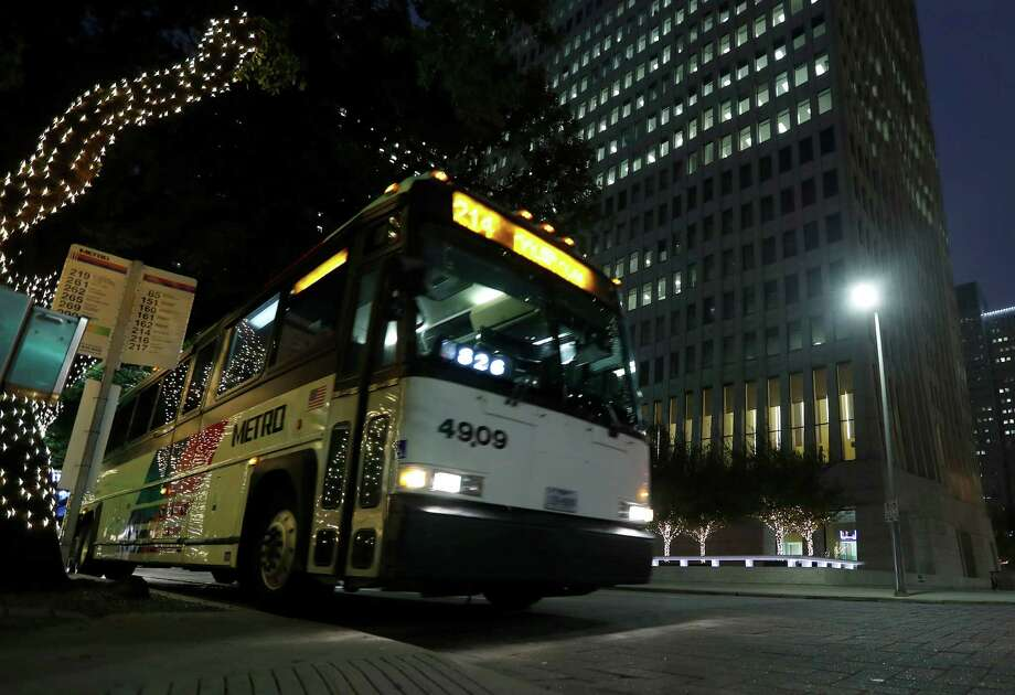 A Metro bus drops off passengers on Smith Street outside of One Shell Plaza in dowotown Houston on Dec. 16.  Photo: Karen Warren, Staff Photographer / 2016 Houston Chronicle