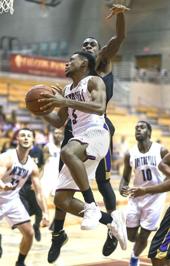 TAMIU guard Jeremy Wright and the Dustdevils face Arkansas-Fort Smith and Rogers State to open conference play. Photo: Danny Zaragoza /Laredo Morning Times File